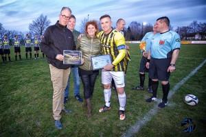 Irma. Gert-Jan en Guus ontvangen de cheque uit handen van Marc van Hintum.