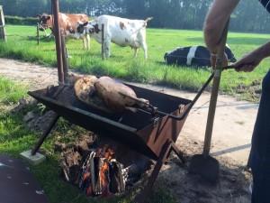 Één van de lekkernijen; varken aan het spit.