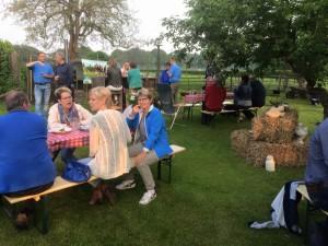 En het bleef nog gezellig op het boerenerf van de familie Bussink. Meer foto's staan op onze Facebookpagina.