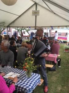 Troubadour Riemer v/d Meulen zorgde voor een heerlijk sfeertje en krijg de gasten aan het zingen.