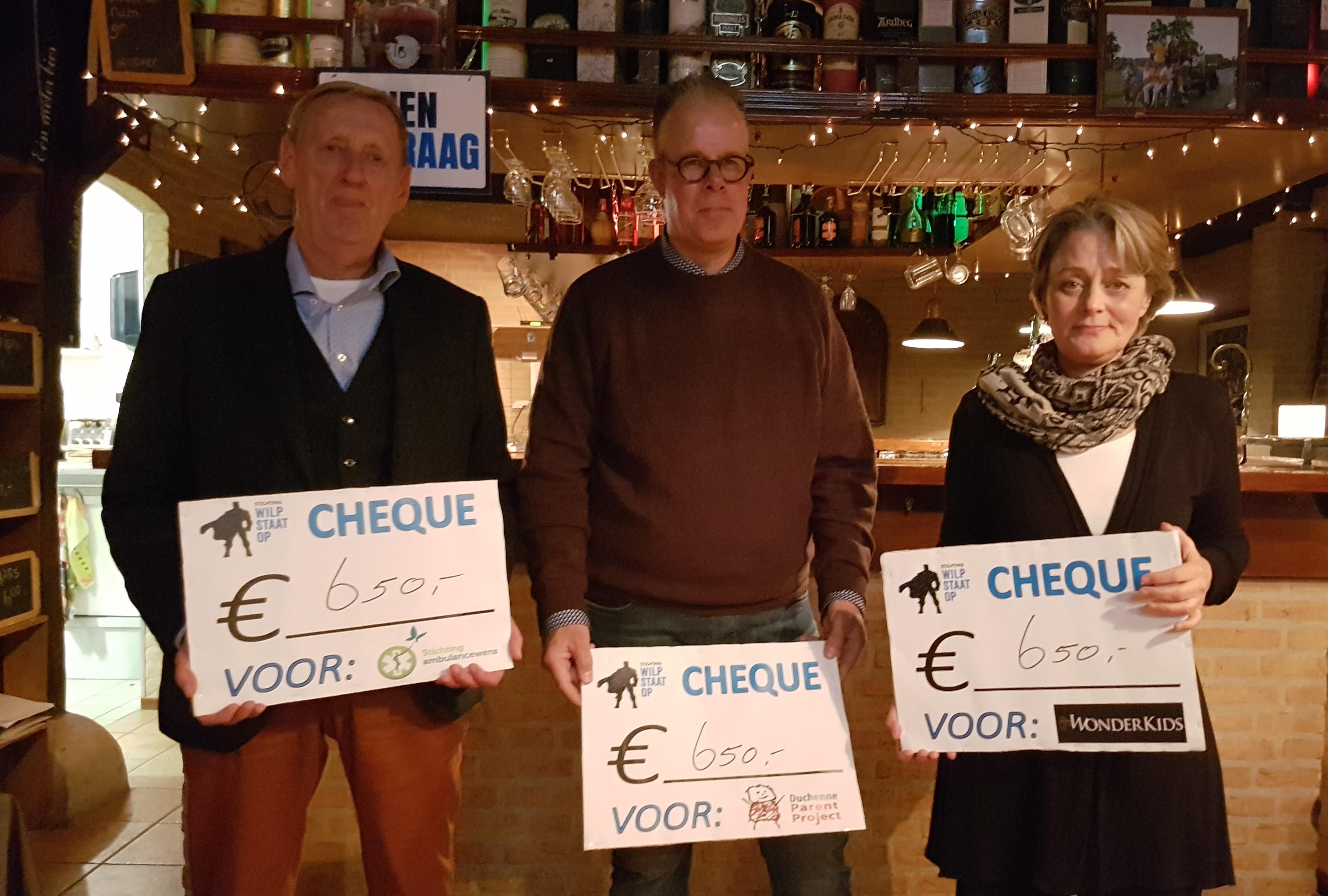 Overhandiging van de cheques tijdens het laatste WSO Diner